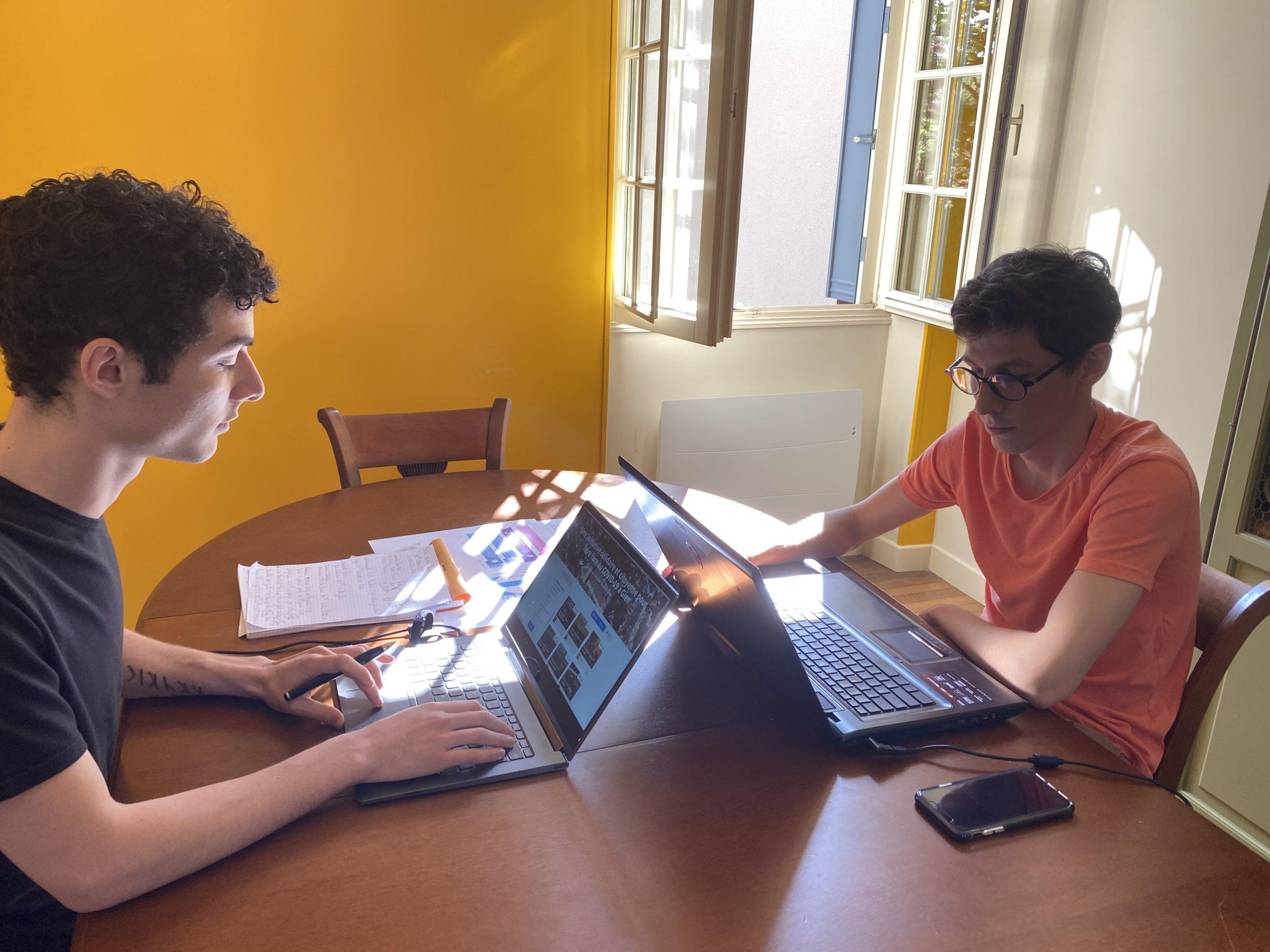 Julien et Antoine Franchina sur leurs ordinateurs s'occupe de la gestion du site.